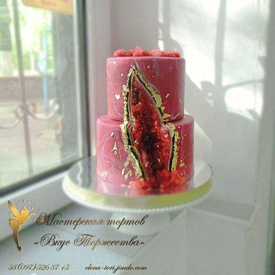 """Торт на гранатовую свадьбу ( 40 лет вместе), так что это оформление идеально в тему. Это так называемый """"геоде кейк"""". В глубине торта расцвели сахарные кристаллы, так напоминающие камень гранат)))"""