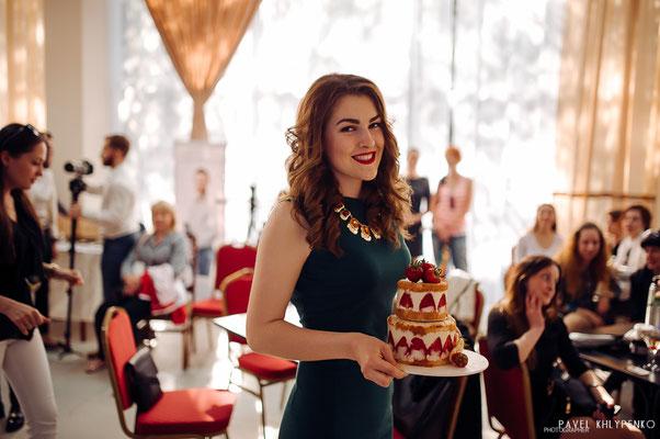 Юлечка с моим тортиком