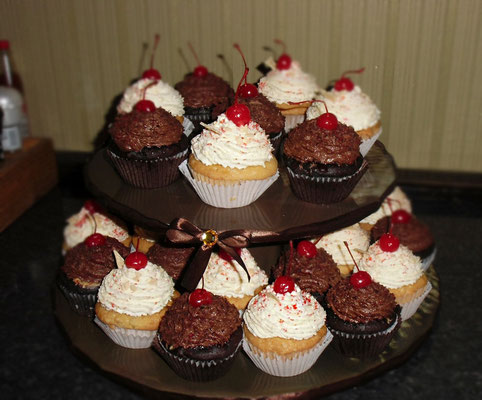 Шоколадные и сливочные  кексики с фондуком, кешью и арахисом, серединка - карамельный крем, украшены шоколадным сливочным кремом, шоколадной стружкой и коктейльной вишней