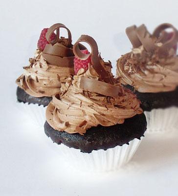 Бархатные и легкие и при этом супершоколадные кексики с фундуком и кусочками шоколада, украшены шоколадным кремом, лентами и стружкой из шоколада, малиной.