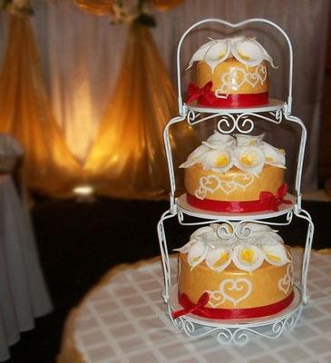 """Свадебный торт 7,5 кг, нижний и верхний ярус - шоколадный торт с вишнями """"Ночи Нью-йорка"""", средний  - """"Дамские пальчики"""""""