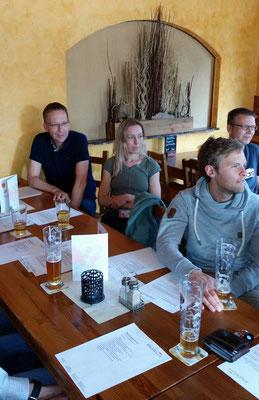 Thomas, Tanja, Steffen und Matthias verfolgen interessiert die Jahreshauptversammlung