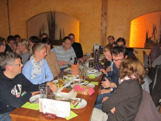 Familie Ruhl/Schulz vertieft im Gespräch mit unserem Sponsor Det