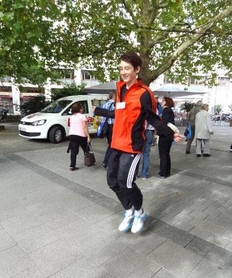 Yannick, Teilnehmer an den Deutschen Meisterschaften, zeigt, wie Seilspringen geht