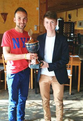 Christian übergibt dem Sportler des Jahres Maximilian seinen Pokal