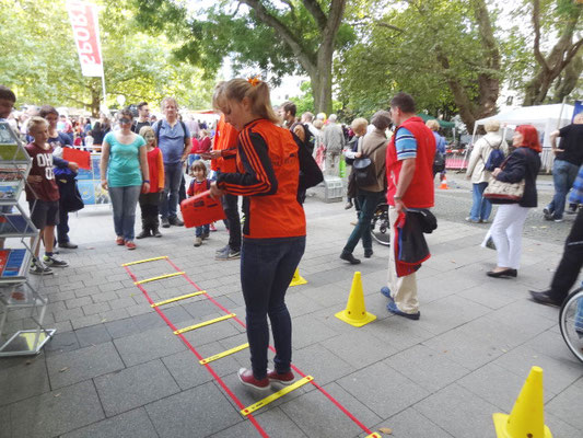 Sonia zeigt eine anspruchsvolle Übung: das Rückwärtsspringen