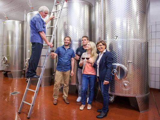 Familie Böcher im Keller: Betriebsgründer Peter Böcher schenkt Wein direkt aus dem Fass aus