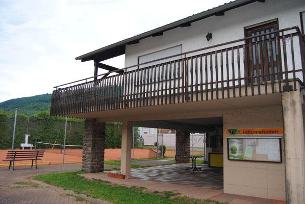 Info-Tafel und Eingang zum Clubhaus