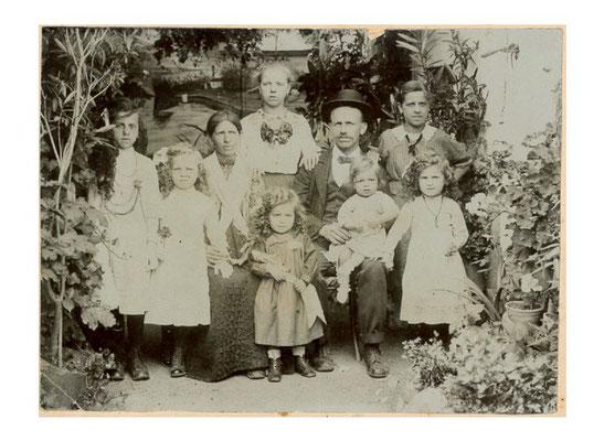 L'unica foto della famiglia Kapun: da sinistra, in senso orario Anna (1908-1938), Valeria (1910-2001), Carola Novak in Kapun (1877-1922), Maria (1902-1979), Joseph Kapun (1876-1937), Giovanna (1904-1996), Antonia (1912-1930), Massimiliano (1917-1919), Pao
