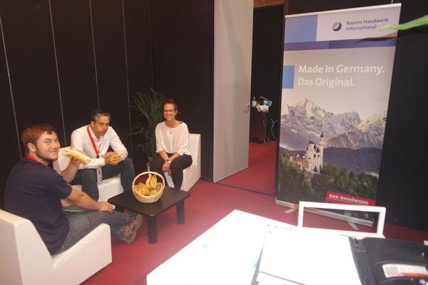 Brotzeit auf dem Bayern Handwerk International Stand, von dem Bayerische Handwerksbetriebe im Ausland gefördert werden.