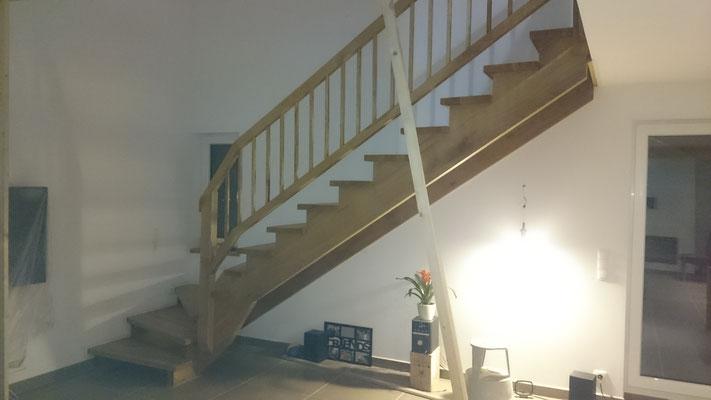 viertel-gewendelte Wangentreppe mit aufgesattelten Stufen aus Eichenholz