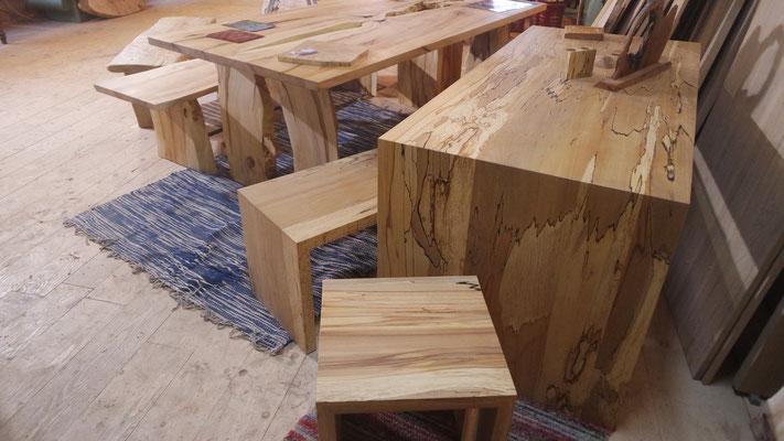 Tisch, Sitzbank und 2 Sitzhocker aus gestockter Buche