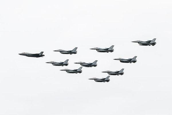 JFS F-35 met F-16 vliegtuigen erachter