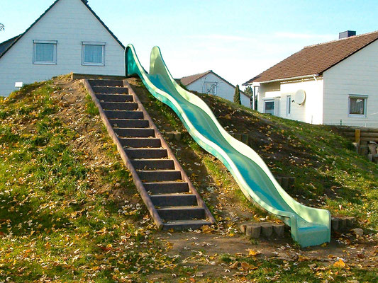 Bordsteine als Treppenwange aus Recycling Plastik