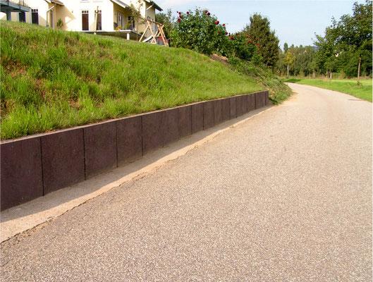 L-Steine als Geländeabstützung aus Recycling Kunststoff