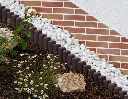 Hohlkehlpalisaden als Beeteinfassung aus Recycling Plastik