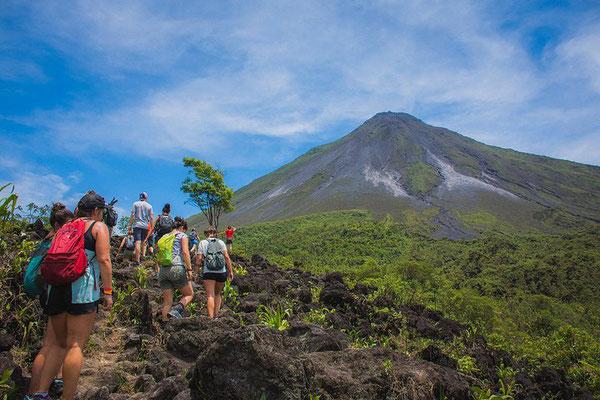 Caminando por las coladas de lava