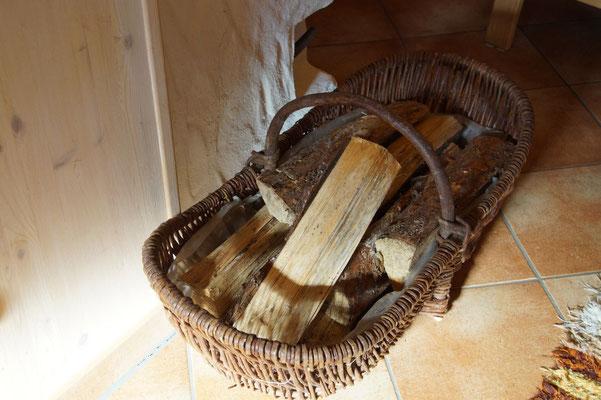 Diele - Holz für Kachelofen - Ferienhaus am Brückelsee - Erika Wölfel