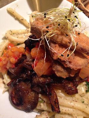 Das Zest: Penne mit Haselnuss-Pesto, glasierten Schalotten, Mango-Relish? und grattiniertem Tofu