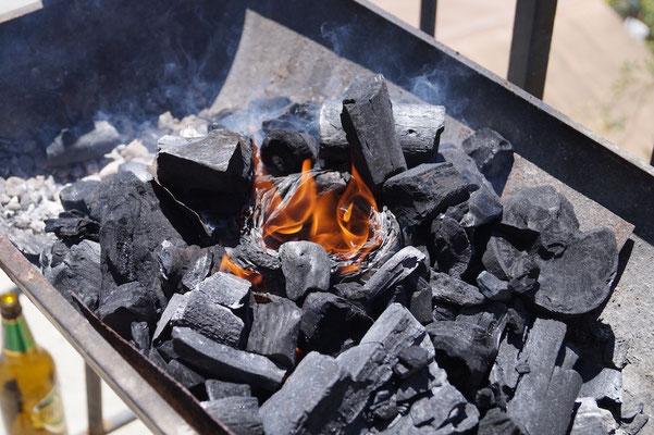 Grill anfeuern ohne Grillanzünder, und es klappt.