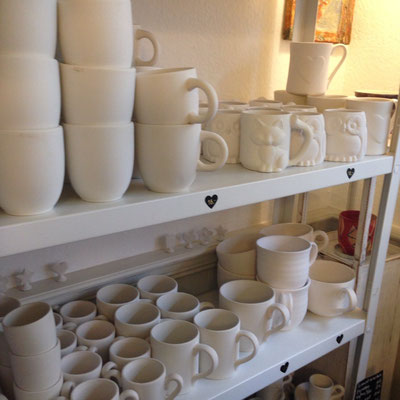 Das Keramik-Malstübchen hat eine großzügige Auswahl an Geschirr.