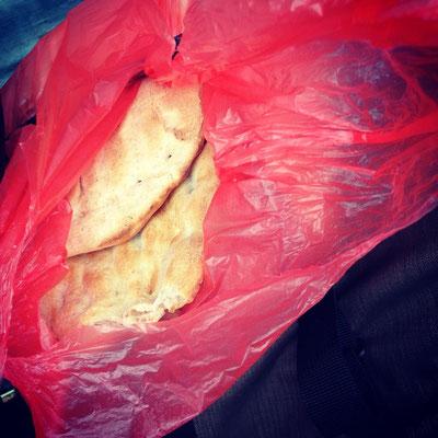 Das Brot aus dem Tandoor: Gerade noch lauwarm und köstlich.