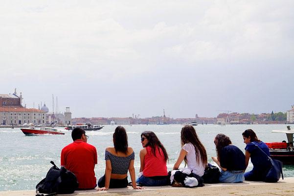 Studenten chilen an der Promenade