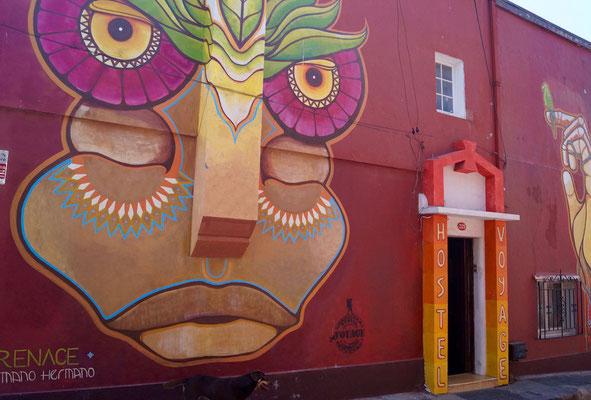 Valparaíso Street Art: Fassade des Hostel Voyage.