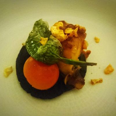 Schwarzes Süßkartoffelpüree und Tintenfisch