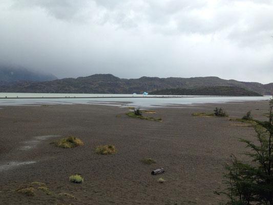 Torres del Paine: Eisblöcke in der Ferne am Lago Grey