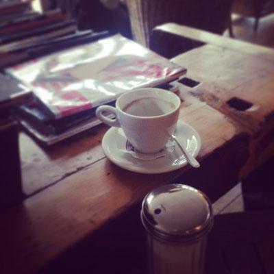 In den Pausen gönne ich mir einen Kaffee.