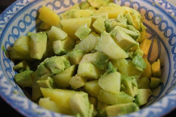 Kartoffeln und Avocado würfeln