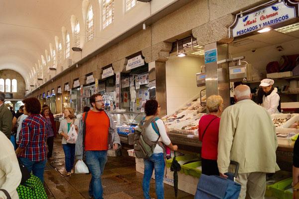 Touristen und Einheimische drängen durch den Markt.