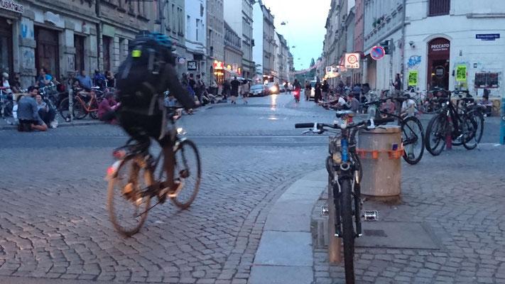 Dresdener Neustadt: Treiben an der Straßenecke