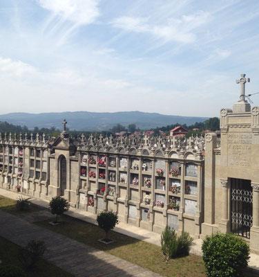 Ein Friedhof entlang des Weges mit wunderschönen Gräbern, die das Tal überblicken.