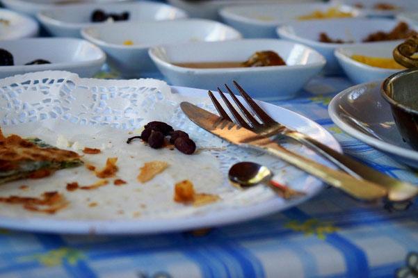 Leere Teller nach einem reichhaltigen Frühstück