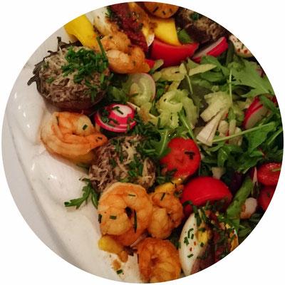 Antipasti-Platte mit Scampi und Salat