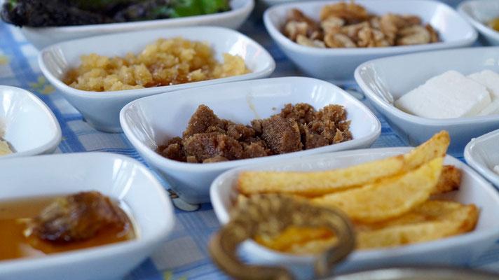 Das Frühstück: Honig, Käse, Wallnüsse, Oliven und Brot