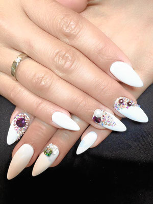 Weiße Almond Nails mit mehrfarbigem Strass