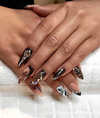 Stiletto Nail Art schwarz mit Strass