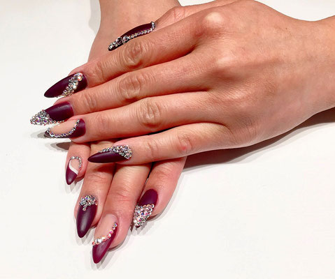 Stiletto Nails in weinrot mit silbernem Strass