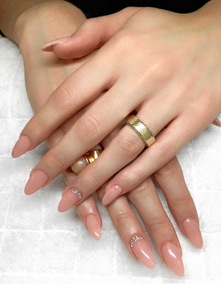 Nageldesign in Nude mit Strass elementen