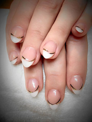 French Nails mit goldenen Elementen