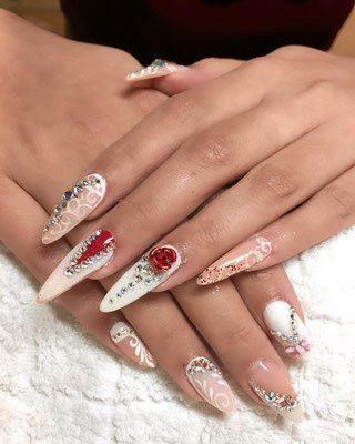 Langes Stiletto Nailart mit Strass und Rosen Applikationen