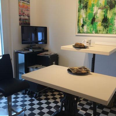 Blick in den Loungebereich mit Werken von Annette Palder (c) tOG-Düsseldorf
