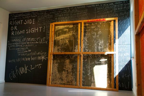 """Impressioner aus dem """"Atelier"""" in den Räumen der tOG mit dem Werk """"Renitenz-Rahmen"""", 200 x 200 x 5,5 cm, Acryl auf Jute in Holzkeilrahmen"""