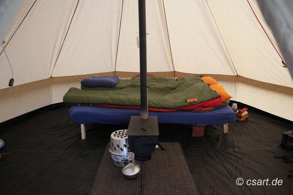 Anstelle einzelner Feldbetten- hier passt unser Reisebett aus dem Dokker-Schlafmobil  :-)  g e n i a l