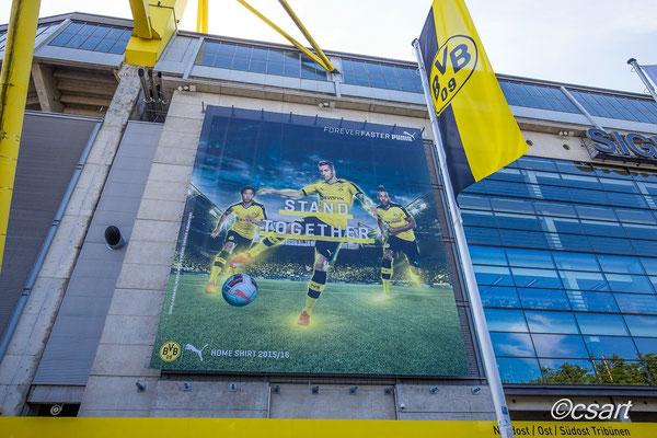 ...vor dem Stadion...