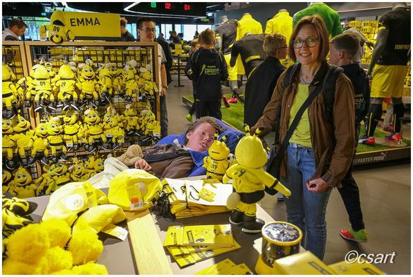 schwarz gelbes Shoppen lässt Frauenherzen höher schlagen