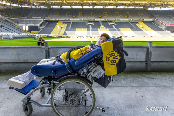 ...Lena auf der Rollitribüne des BVB...